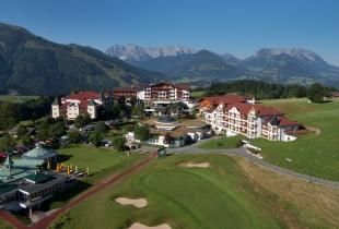Peternhof auf eine Blick: Links Kaiserschlössl, dahinter Stammhaus und Hotel, rechts hinten Chalets Theresia und Elisabeth, rechts vorne Romantik-Schlössl. Im Vordergrund Golfplatz mit Clubhaus