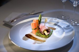 Saisonal mit Spargel zubereitet: ein zarter Rinderrücken. Foto: KOLLERs Hotel