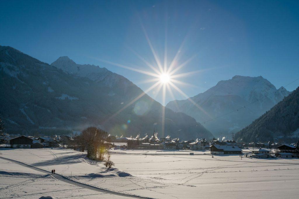 Mayrhofen schmiegt sich idyllisch in die Landschaft des Zillertals. Die beliebte Tourismusregion fiebert dem Start der Wintersaison 2020/21 entgegen. Bild: TVB Mayrhofen-Hippach