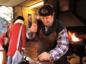 Auf dem Ybbsitzer Adventsmarkt im niederösterreichischen Mostviertel können Besucher Schmieden bei ihrer feurigen Arbeit zuschauen. Foto: Niederösterreich-Werbung/Helmut Lackinger